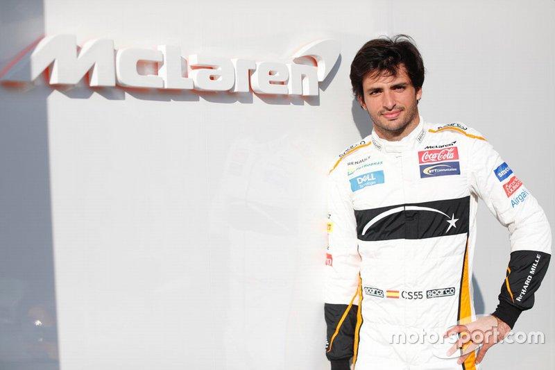 Carlos Sainz Jr., pose avec les couleurs McLaren