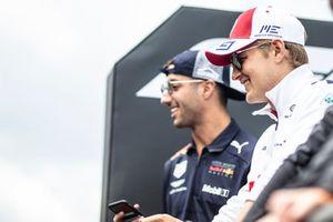 Marcus Ericsson, Alfa Romeo Sauber F1 Team and Daniel Ricciardo, Red Bull Racing on the drivers parade