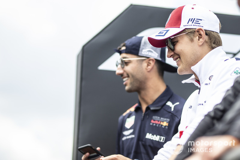 Marcus Ericsson, Alfa Romeo Sauber F1 Team and Daniel Ricciardo, Red Bull Racing on the drivers parade