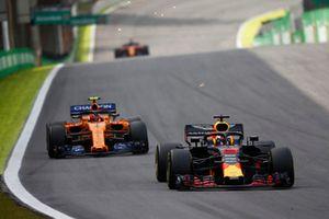 Daniel Ricciardo, Red Bull Racing RB14, leads Stoffel Vandoorne, McLaren MCL33