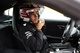 Lewis Hamilton, Mercedes AMG F1, se pone el casco en el Hot Laps car.