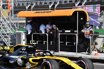 Fernando Alonso, McLaren on pit wall gantry in FP1