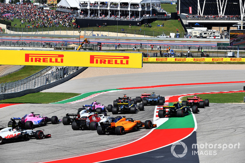 Kimi Raikkonen, Ferrari SF71H leads Lewis Hamilton, Mercedes-AMG F1 W09 at the start of the race