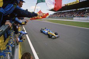 Fernando Alonso, Renault R25 cruza la línea para tomar la victoria