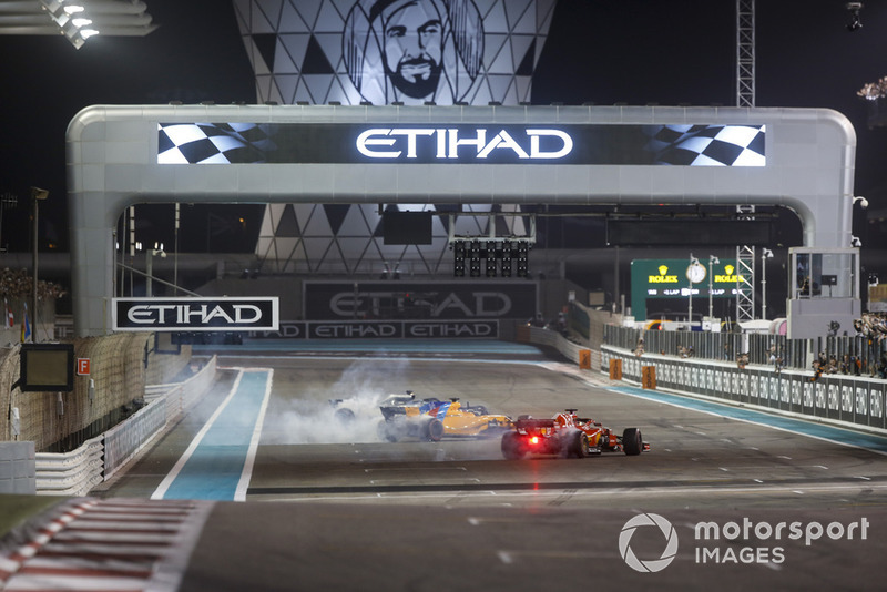 Lewis Hamilton, Mercedes-AMG F1 W09, Fernando Alonso, McLaren MCL33 y Sebastian Vettel, Ferrari SF71H hacen donuts al final