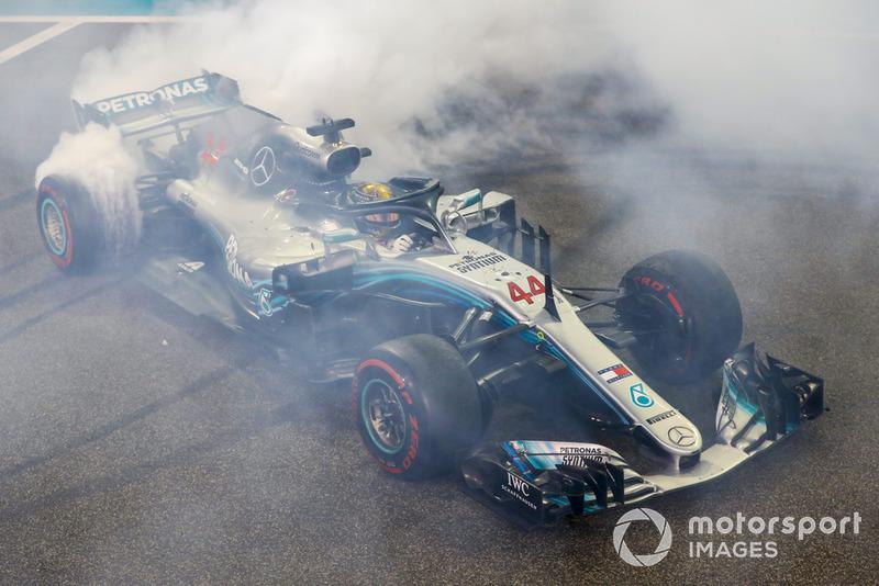 Ganador de la carrera Lewis Hamilton, Mercedes AMG F1 W09 EQ Power+, celebra haciendo donuts
