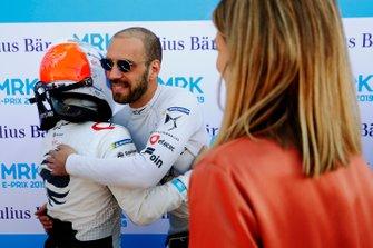 Jean-Eric Vergne, DS TECHEETAH, felicita a Sam Bird, Envision Virgin Racing, tras la clasificación