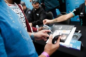 Un fan avec des cartes d'autographes