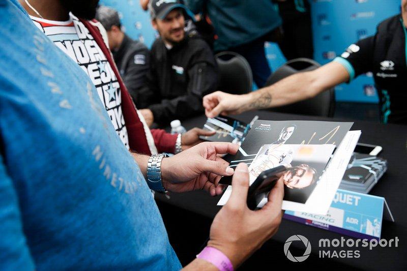 Un fan con delle cartoline autografate durante la sessione autografi