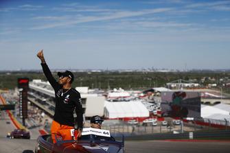 Lewis Hamilton, Mercedes AMG F1, saluda