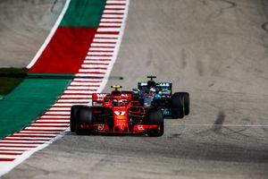 Kimi Raikkonen, Ferrari SF71H, et Lewis Hamilton, Mercedes AMG F1 W09 EQ Power+
