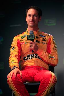 Joey Logano, pilota dell'auto #22 Shell Pennzoil Ford, parla con i media durante il media day