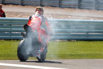 Pendant le warm-up, explosion du moteur de Chaz Davies, Aruba.it Racing-Ducati SBK Team