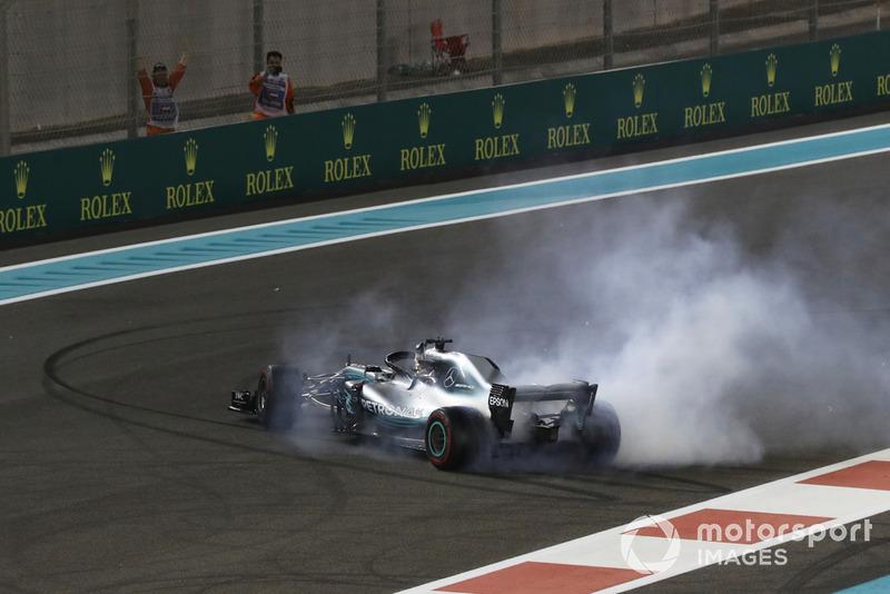 El ganador de la carrera Lewis Hamilton, Mercedes-AMG F1 W09 celebra haciendo donuts