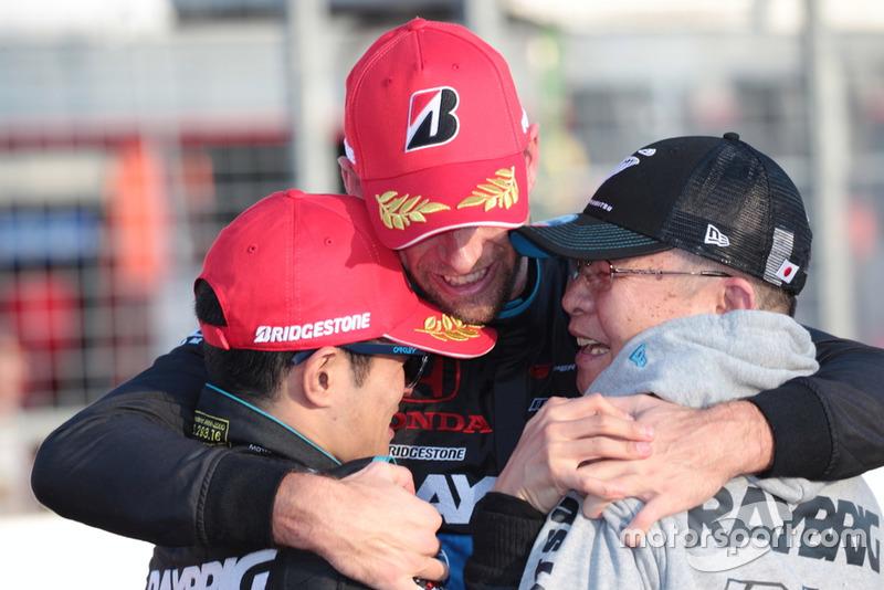 山本尚貴とジェンソン・バトン、高橋国光総監督(#100 RAYBRIG NSX-GT)