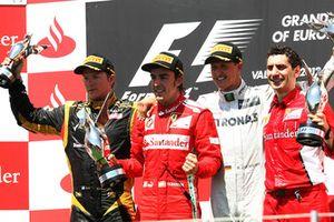 Подиум: Кими Райкконен, Lotus F1, Фернандо Алонсо, Ferrari, Михаэль Шумахер, Mercedes AMG F1, и Андреа Стелла, гоночный инженер Ferrari