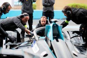 Les mécaniciens travaillent sur la HWA Racelab, VFE-05