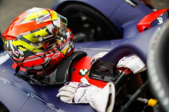 Robin Frijns, Envision Virgin Racing helmet, gloves