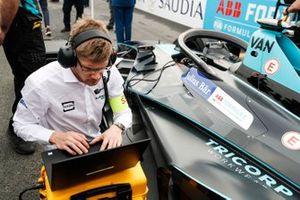 Gli ingegneri fanno gli ultimi controlli sulla monoposto di Stoffel Vandoorne, HWA Racelab, VFE-05