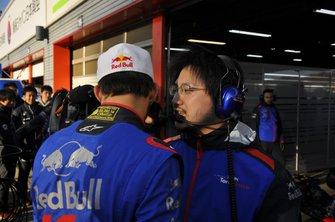 湊谷圭祐エンジニアとピエール・ガスリー(Keisuke Minatoya & Pierre Gasly)