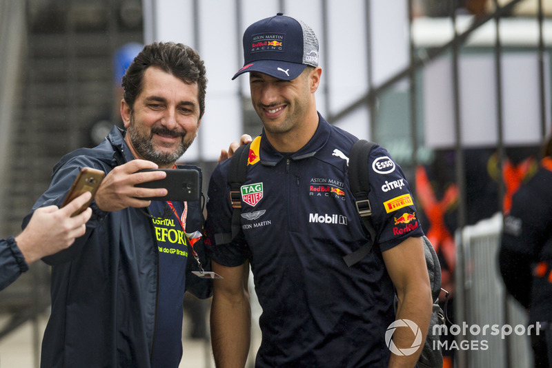 Daniel Ricciardo, Red Bull Racing, scatta un selfie con un fan