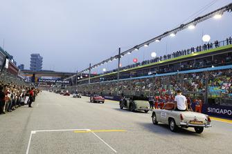 Les commissaires alors que les pilotes quittent la grille, Stoffel Vandoorne, McLaren, dans une MG Midget, derrière Brendon Hartley, Toro Rosso