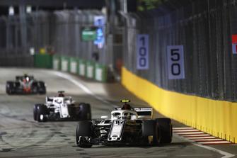 Charles Leclerc, Sauber C37, Marcus Ericsson, Sauber C37, y Kevin Magnussen, Haas F1 Team VF-18