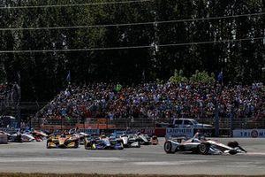 Will Power, Team Penske Chevrolet, Alexander Rossi, Andretti Autosport Honda, Ryan Hunter-Reay, Andretti Autosport Honda lead at the start