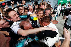 Racewinnaar Lewis Hamilton, Mercedes AMG F1, viert feest met zijn team