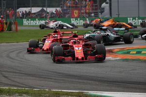 Kimi Räikkönen, Ferrari SF71H, za nim Sebastian Vettel, Ferrari SF71H na starcie wyścigu
