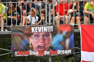 Des fans et une bannière de Kevin Magnussen, Haas F1 Team