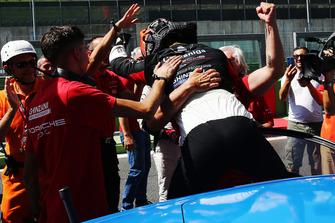 Il vincitore Riccardo Cazzaniga, Ghinzani Arco Motorsport, festeggia con i suoi ingegneri