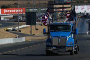 Garton Tractor con banderas americanas