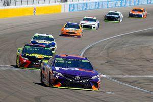 Denny Hamlin, Joe Gibbs Racing, Toyota Camry FedEx Ground e Martin Truex Jr., Furniture Row Racing, Toyota Camry 5-hour ENERGY