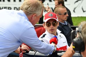 Charles Leclerc, Sauber rozmawia z Johnnym Herbertem, Sky TV, parada kierowców
