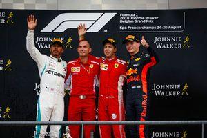 Lewis Hamilton, Mercedes AMG F1, 2° classificato, David Sanchez, Capo degli aerodinamici, Ferrari, Sebastian Vettel, Ferrari, 1° classificato, e Max Verstappen, Red Bull Racing, 3° classificato, sul podio