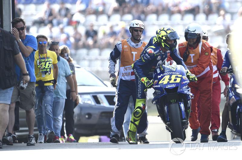 Valentino Rossi, Yamaha Factory Racing, dañado y se dirigirse en sentido contrario por el carril de boxes