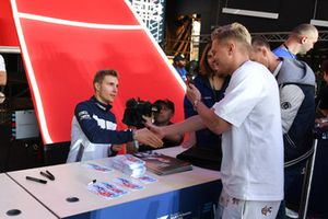 Sergey Sirotkin, Williams Racing, firma un autografo