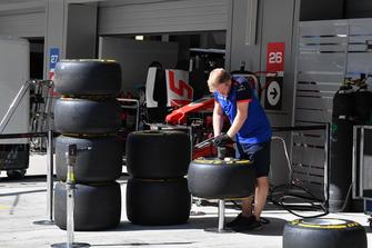 Scuderia Toro Rosso mechanic with Pirelli tyres