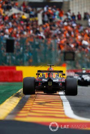 Daniel Ricciardo, Red Bull Racing RB14, derrière Valtteri Bottas, Mercedes AMG F1 W09