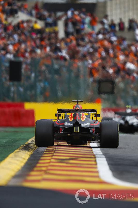 Daniel Ricciardo, Red Bull Racing RB14, przed nim Valtteri Bottas, Mercedes AMG F1 W09