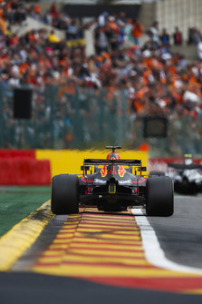 Daniel Ricciardo, Red Bull Racing RB14, follows Valtteri Bottas, Mercedes AMG F1 W09