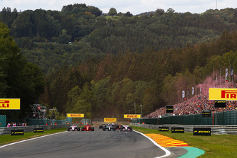Sebastian Vettel, Ferrari SF71H, haalt Lewis Hamilton, Mercedes AMG F1 W09, in bij de start. Daarachter, Esteban Ocon, Racing Point Force India VJM11, voor Sergio Perez, Racing Point Force India VJM11