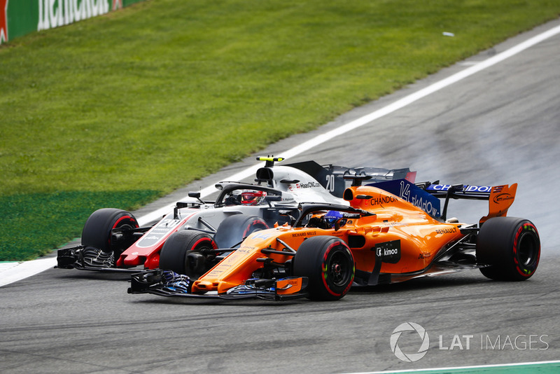 Kevin Magnussen, Haas F1 Team VF-18 lucha con Fernando Alonso, McLaren MCL33