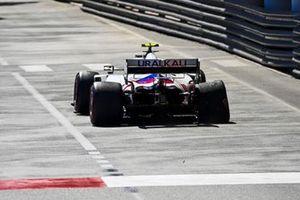 Mick Schumacher, Haas VF-21, avec des dégâts à l'arrière de sa monoplace après un contact avec le mur