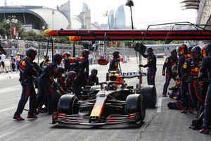 Sergio Perez, Red Bull Racing RB16B, pit stop