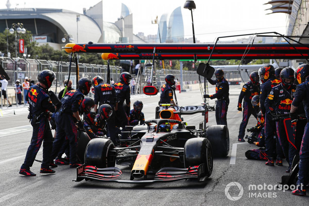 Sergio Pérez, Red Bull Racing RB16B pit stop