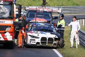 Sheldon van der Linde controlla i danni della sua BMW M4 GT3 dopo l'incidente