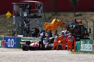 Судьи эвакуируют машину Кими Райкконена, Alfa Romeo Racing C41