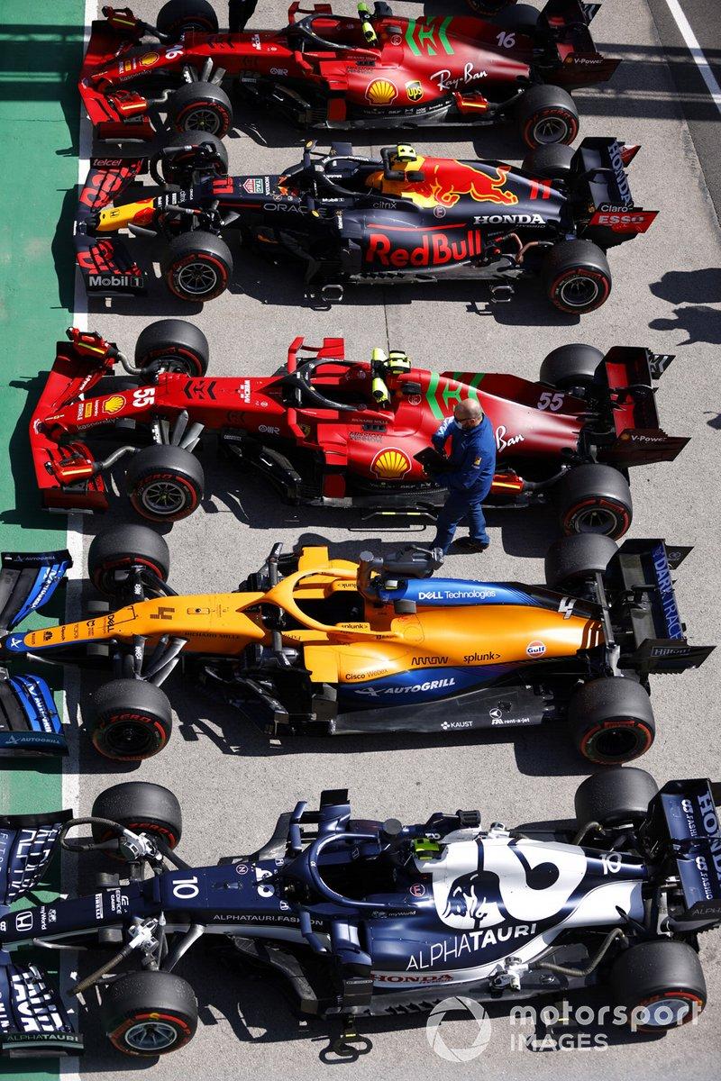 Le auto di Pierre Gasly, AlphaTauri AT02, Lando Norris, McLaren MCL35M, Carlos Sainz Jr, Ferrari SF21, Sergio Perez, Red Bull Racing RB16B e Charles Leclerc, Ferrari SF21, al Parc Ferme dopo le qualifiche